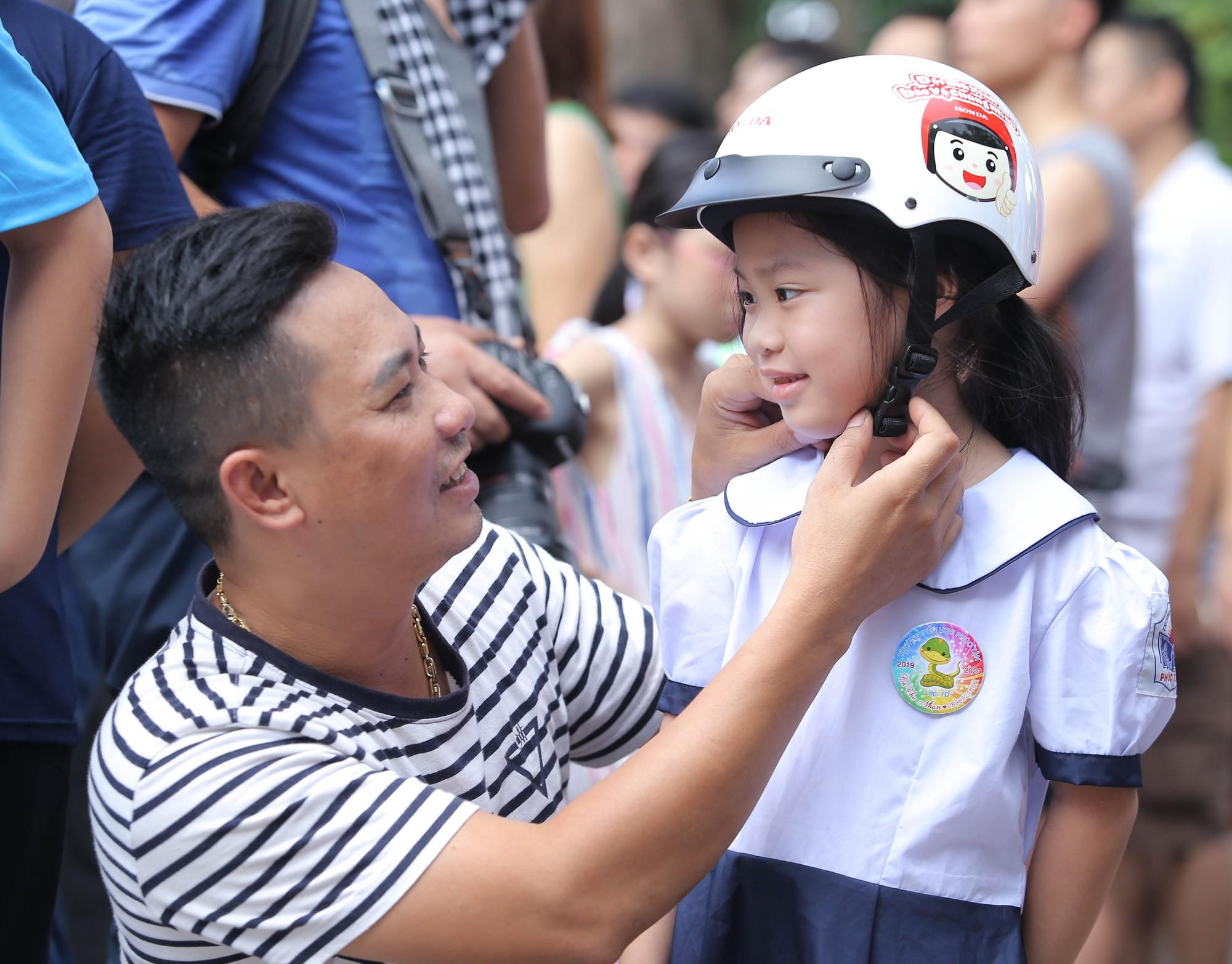Mũ bảo hiểm in logo trẻ em hành động vì tương lai